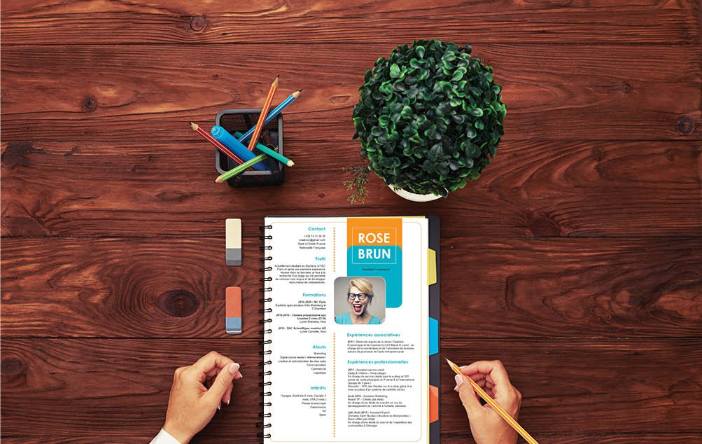 Un CV désigné avec soin pour un rendu réussi qui présente son contenu de manière stylisé et clair.
