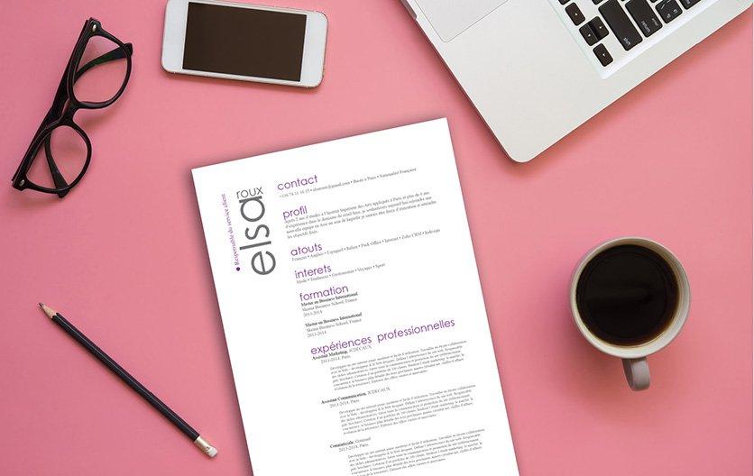 Un curriculum vitae hiérarchisant ses informations dans des colonnes, avec des intitulés colorés et des titres en noirs et en gras.