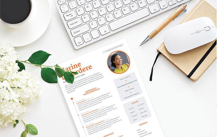 Un format de cv avec deux colonnes où les informations essentielles sont écrites en orange et exposées dans des cadres