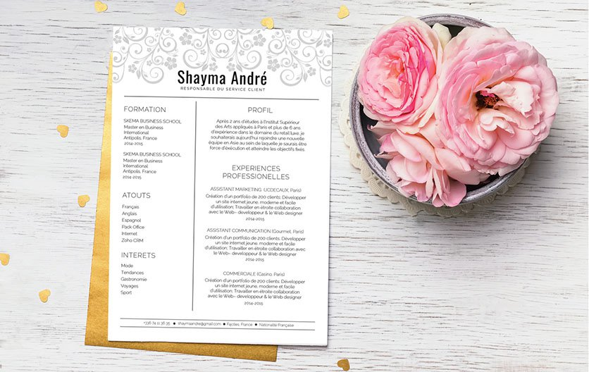 Un CV template dédié à la candidature féminine, simple, mais se distinguant par l'art floral le décorant.