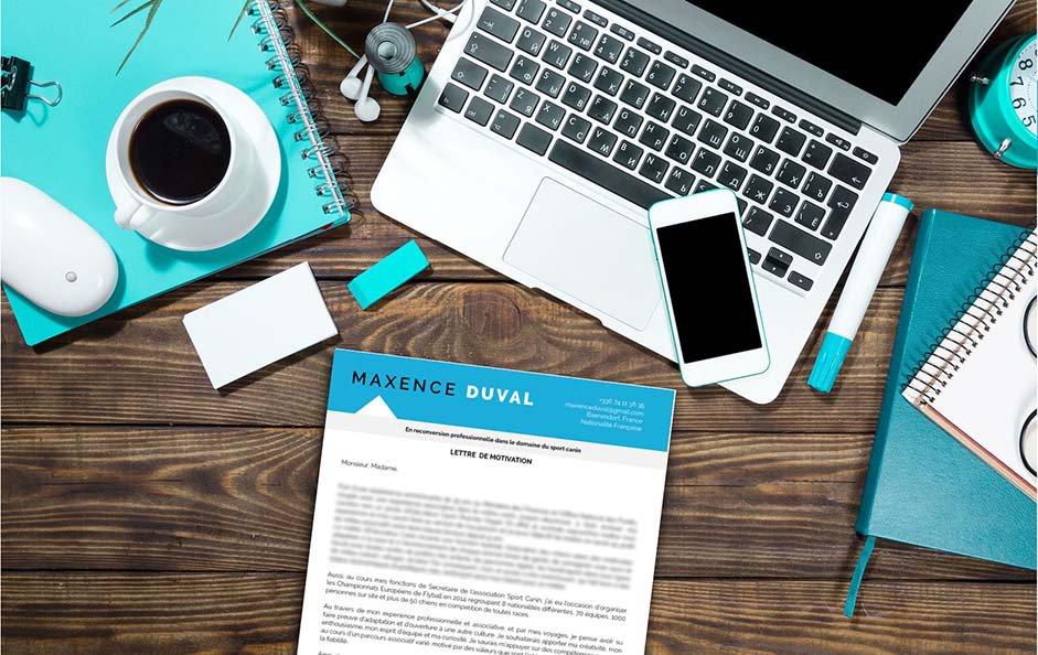 Une lettre de motivation en ligne qui associe le bleu et le gris pour obtenir un document élégant.