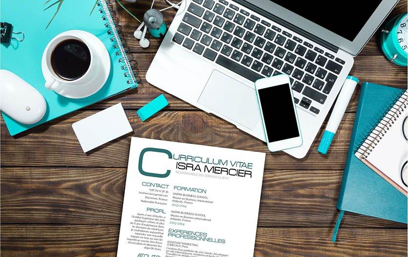 Un exemple de CV qui présente une mise en page sans cadres, mais jouant sur les polices et les couleurs.